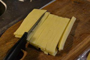 Сыр режем вот так